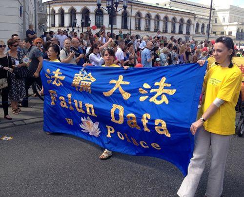 華沙多元文化節上法輪功學員組成的方陣受歡迎