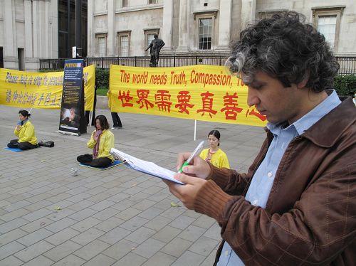 '看了法輪功功法展示就要簽名反迫害的土耳其青年'