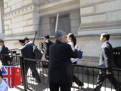 圖5:西人法輪功學員澤克用簡單漢語告訴李克強的隨從人員法輪大法好,並勸他們退黨。