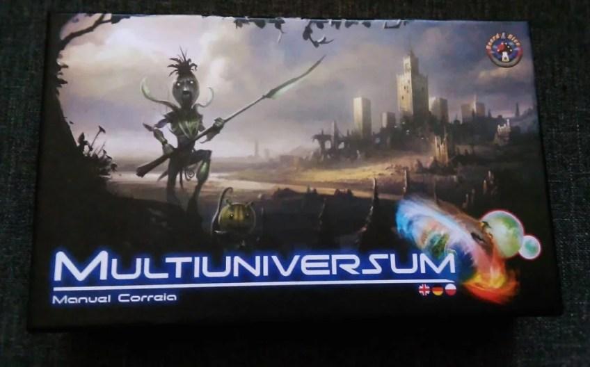 Opakowanie gry Multiuniversum, solidnie wykonane, wzrok przyciąga grafika wykonana z dużą fantazją.
