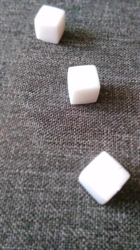 Te białe, większe od pozostały kości to znaczniki Temperatury, Poziomu Tlenu oraz Pokoleń.