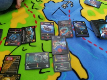 Star Realms idelanie sprawdzi się na kocu - sprawdzone. W lewym górnym rogu paluch Oli