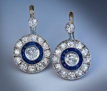 Aretes Art Decó en platino con diamantes y záfiros incrustados.