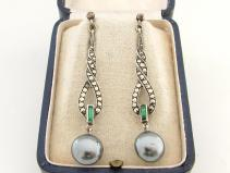 Aretes Art Decó de plata marquesita, esmeraldas y perlas.