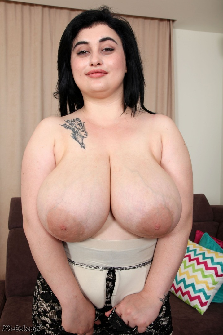 Top heavy Amie Taylor poses naked at XXCel