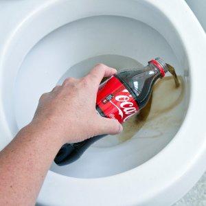 Вылейте кока-колу в унитаз