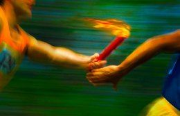 runners-with-torch_1556331_inl