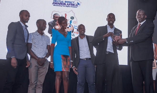 Ron Kawamara MD Hellofood and the Hellofood team receive their Award.
