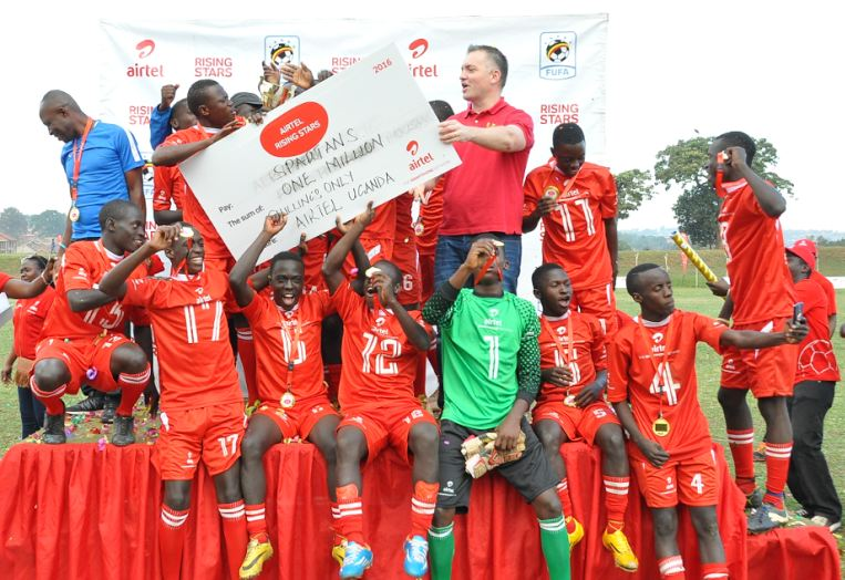 Airtel Uganda Managing Director, Anwar Soussa hands over a dummy cheque of Ugx 1 million to Spartans Boys, winners of ARS 2016 , Central Region