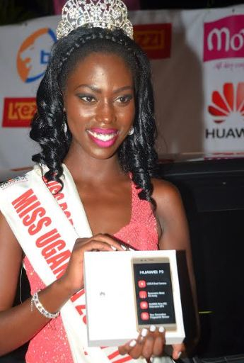 Miss Uganda 2016-2017 Leah Kagasa shows off her brand new Huawei P9 that she was given by Huawei Uganda alongside the Crown.