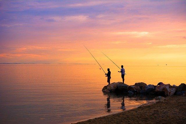 スコーピオンロッドで釣りをしているひと