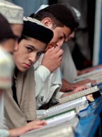 """চিত্র: পাকিস্তানে শিশুদের পাঠ্যপুস্তকে পড়ানো হয় """"এ ফর আলিফ, বি ফর বন্দুক"""""""