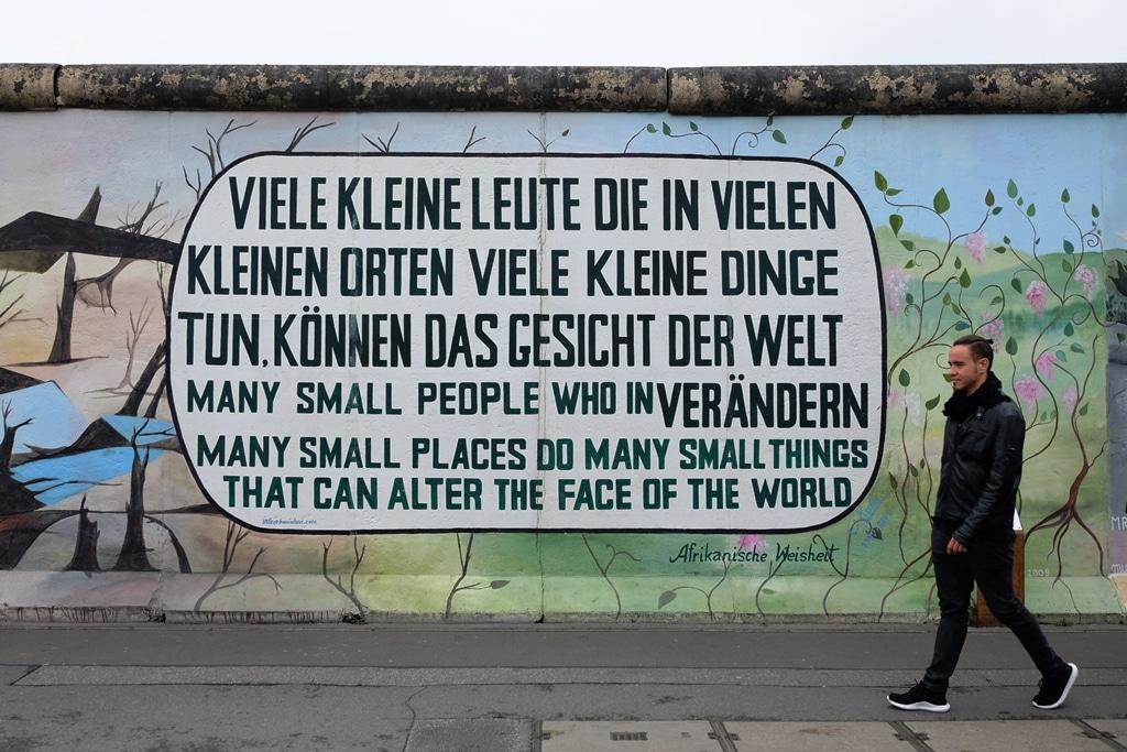 Berlin Wall East Side Gallery - Afrikaniche Weisheit by Nette