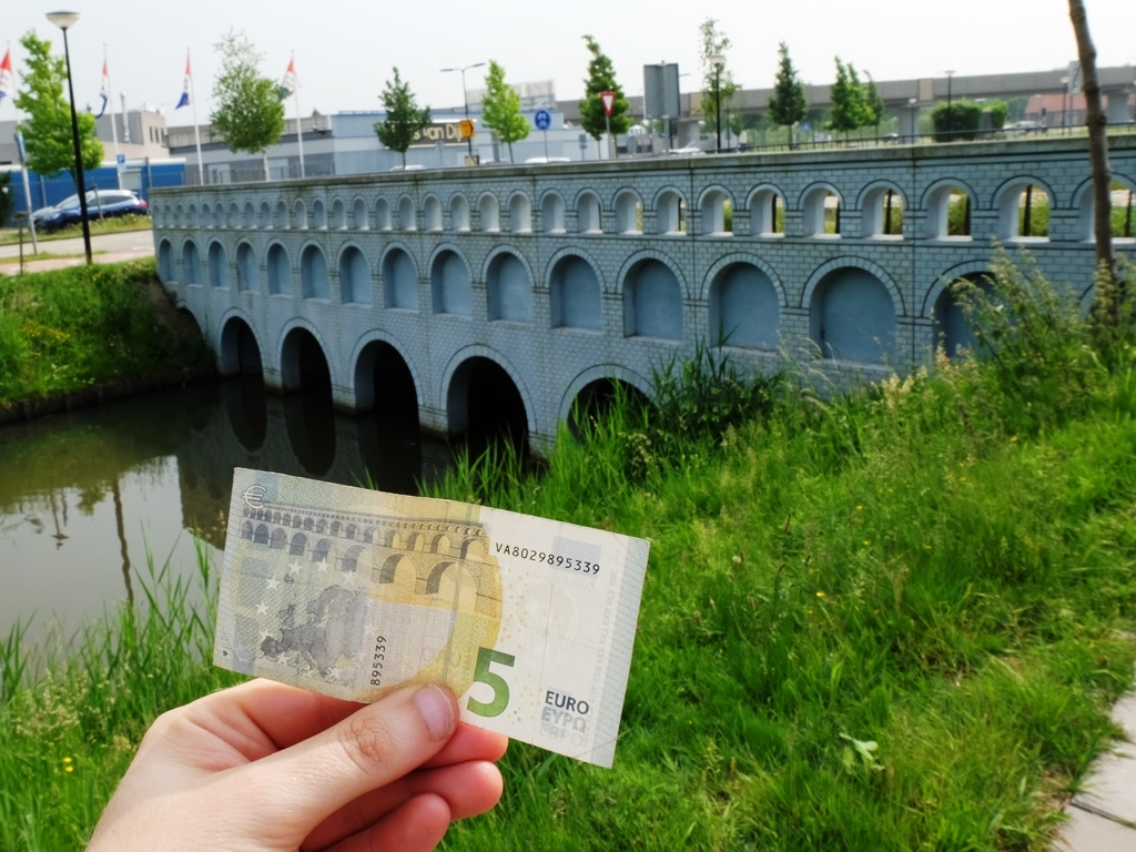 The €5 note and its bridge