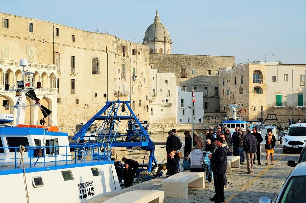 Monopoli Harbour fishermen return home