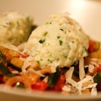 Parmesan-Grießnockerl auf Sellerie-Tomaten-Sauce