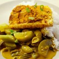 Lachs in Kokoskruste auf Gurken-Curry-Gemüse