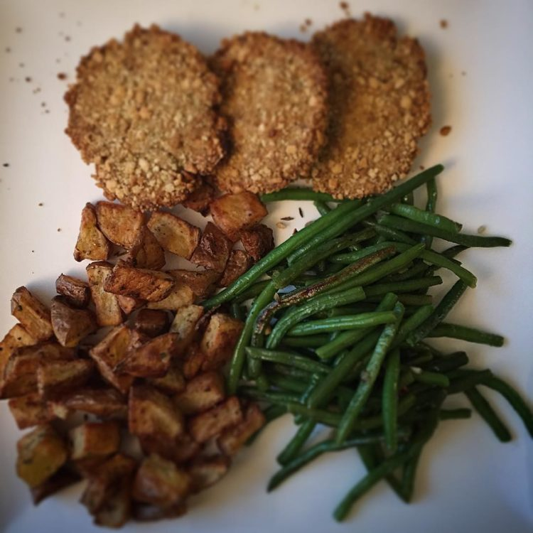 On the menu tonight: Oven baked fish cakes with roasted crispy potatoes and garlicky green beans