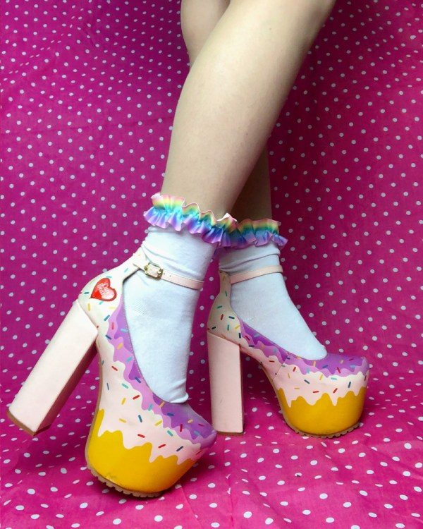 pastel-rainbow-kawaii-cute-frilly-white-ankle-socks