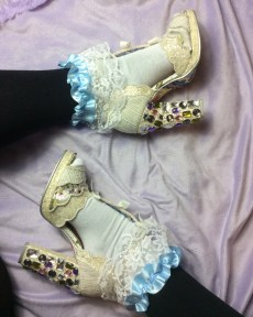 blue-pastel-lace-ribbon-socks