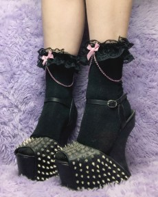 kawaii-black-and-pink-chain-bows-y2k-pastel-goth-ankle-socks