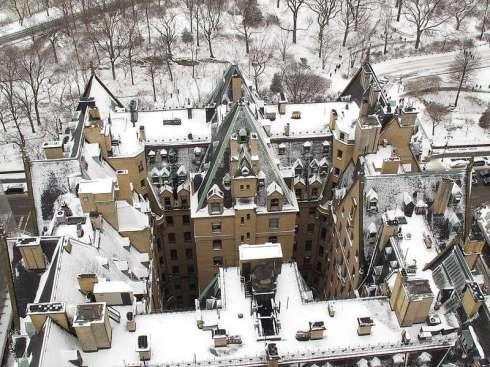 A snowy aerial view of The Dakota Building. Photo courtesy of http://blog.daum.net/jun1234/78.
