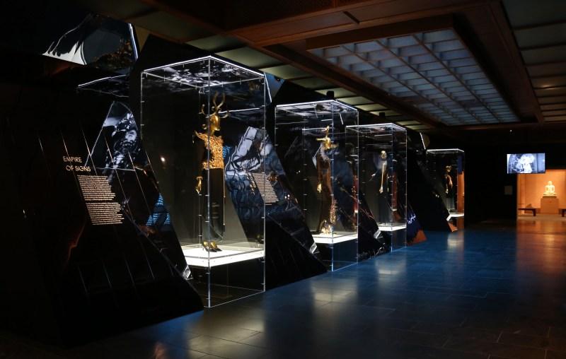 Met_Museum_China_custom lighting on vitrines