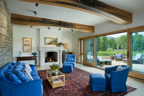 Maintaining the airiness of the architecture, the owners parsed out clutter. In the living room the pop of mediteranean blue furniture effectively contrasts the quiet earthtones of the architectural design.