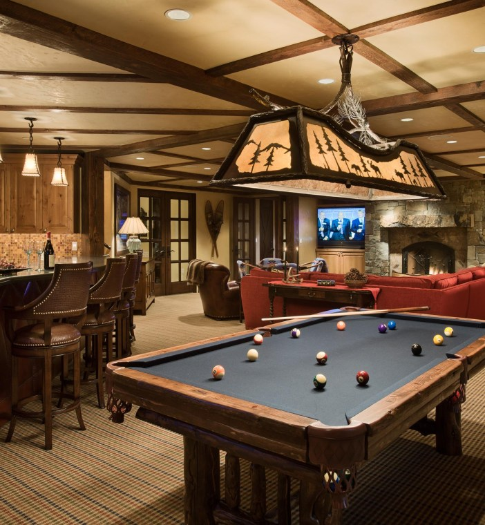The game room was designed as a gathering place in clubhouse style, it is equipped with an entertainment center, billiard table and bar.