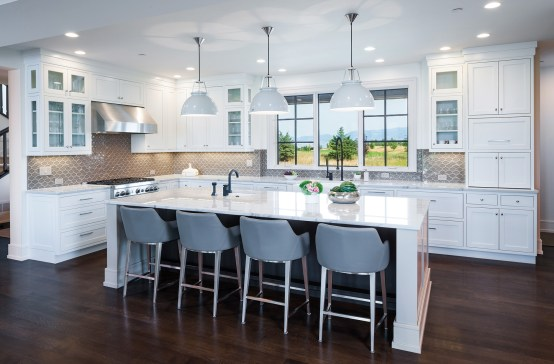 The kitchen countertops are macaubas quartzite, a durable material that suits family life.