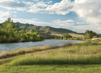A well-beaten path from the house leads to the Jefferson River, which offers excellent dry fly fishing in the autumn months.