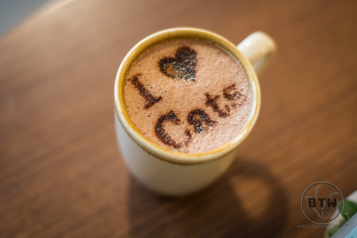 "A latte with art in the foam that reads, ""I"