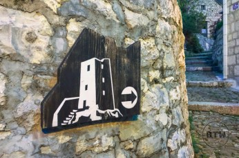 A sign indicating the direction to the fortress in Omis, Croatia