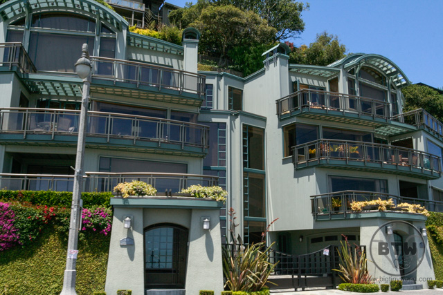 Houses built into the hill in Sausalito, San Francisco | BIG tiny World Travel