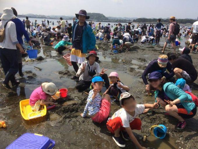 2019年4月21日の海の公園の潮干狩りの様子 干潟で子供たちと