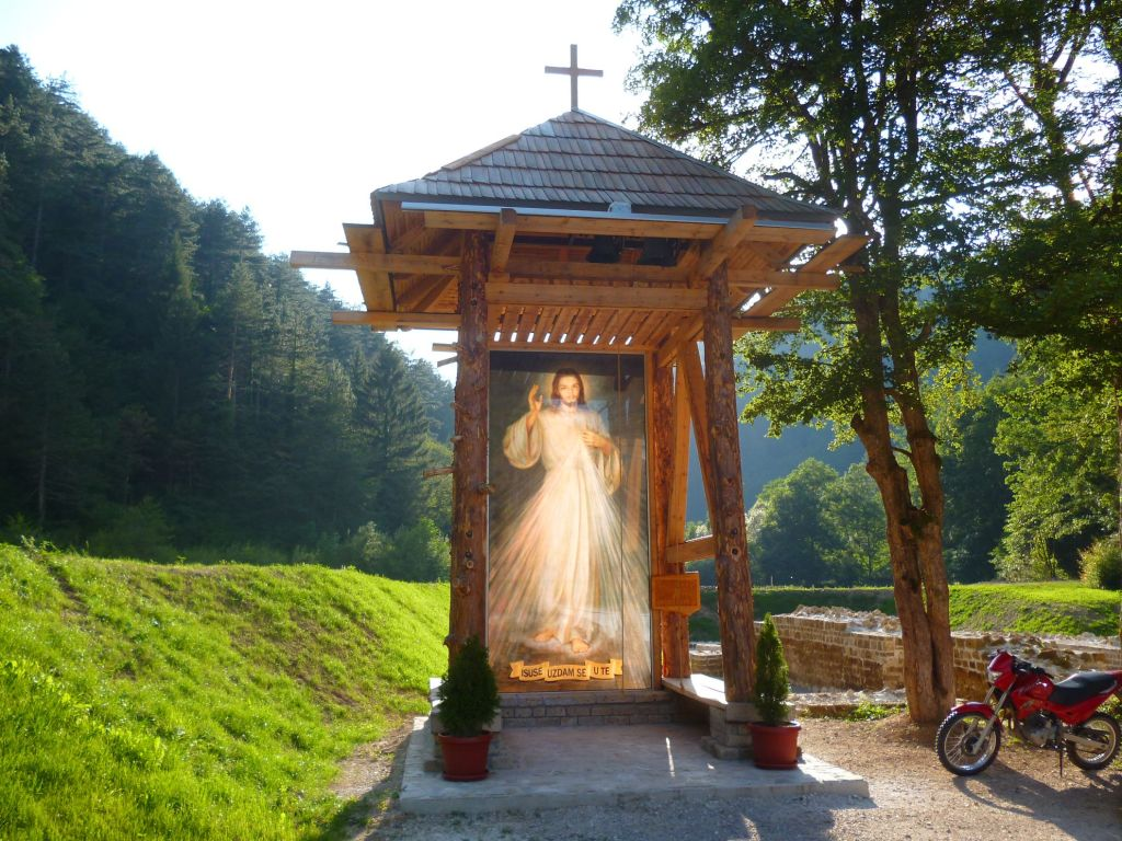 Колокольня у остатков церкви. Фото: Елена Арсениевич, CC BY-SA 3.0