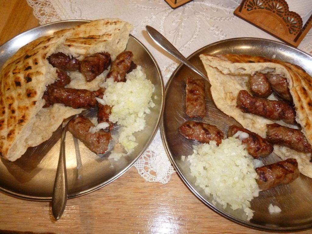 Традиционная сервировка: лепёшка-сомун и лук