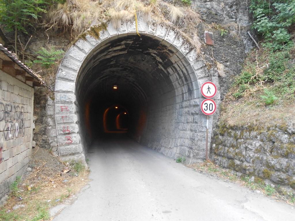 Раньше железнодорожный туннель, сейчас автомобильный. Фото: Елена Арсениевич, CC BY-SA 3.0