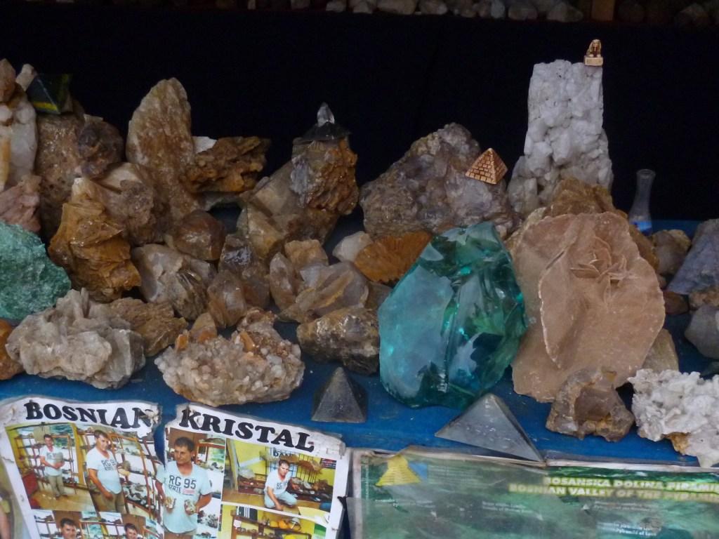 Геологические сувениры у входа в туннели Равне. Фото: Елена Арсениевич, CC-BY-SA-3.0