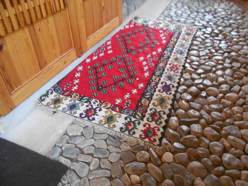Традиционный чилим у входа. Фото: Елена Арсениевич, CC BY-SA 3.0