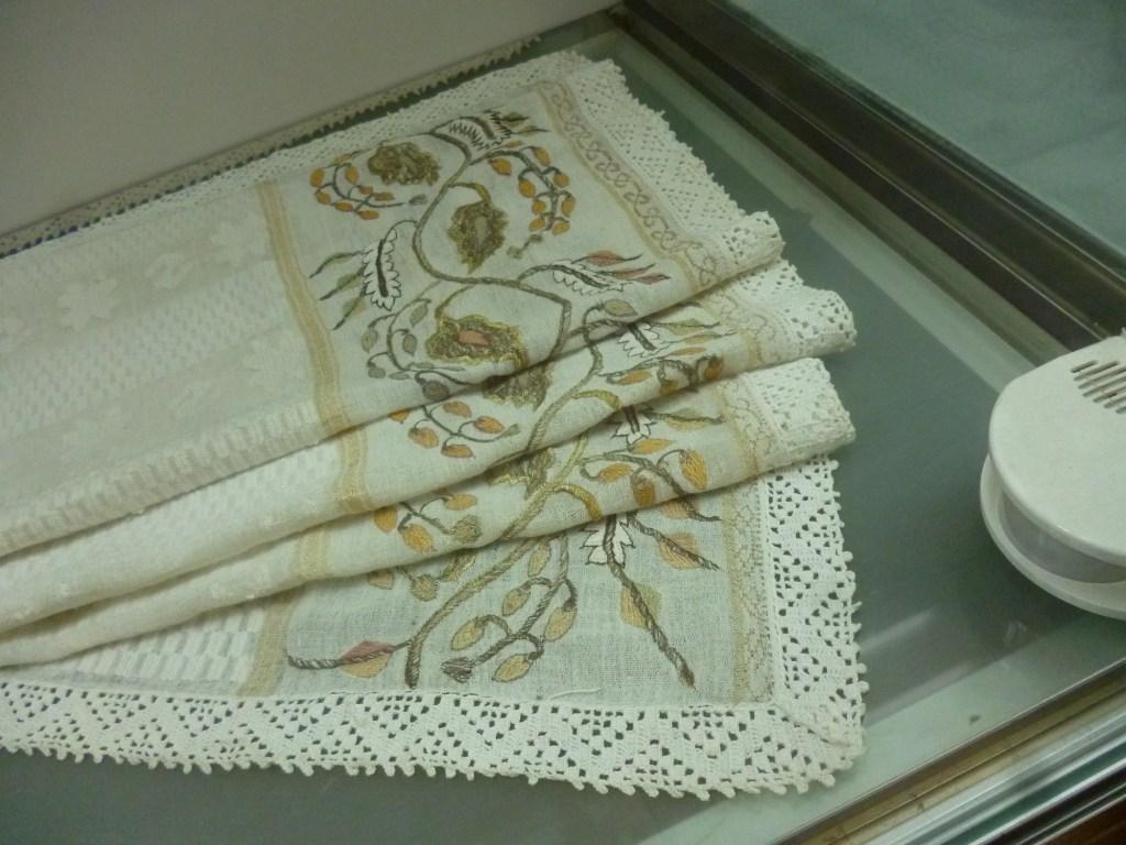 Полотенце, обвязанное по краю крючком. Музей Бруса Безистан в Сараево. Фото: Елена Арсениевич, CC BY-SA 3.0