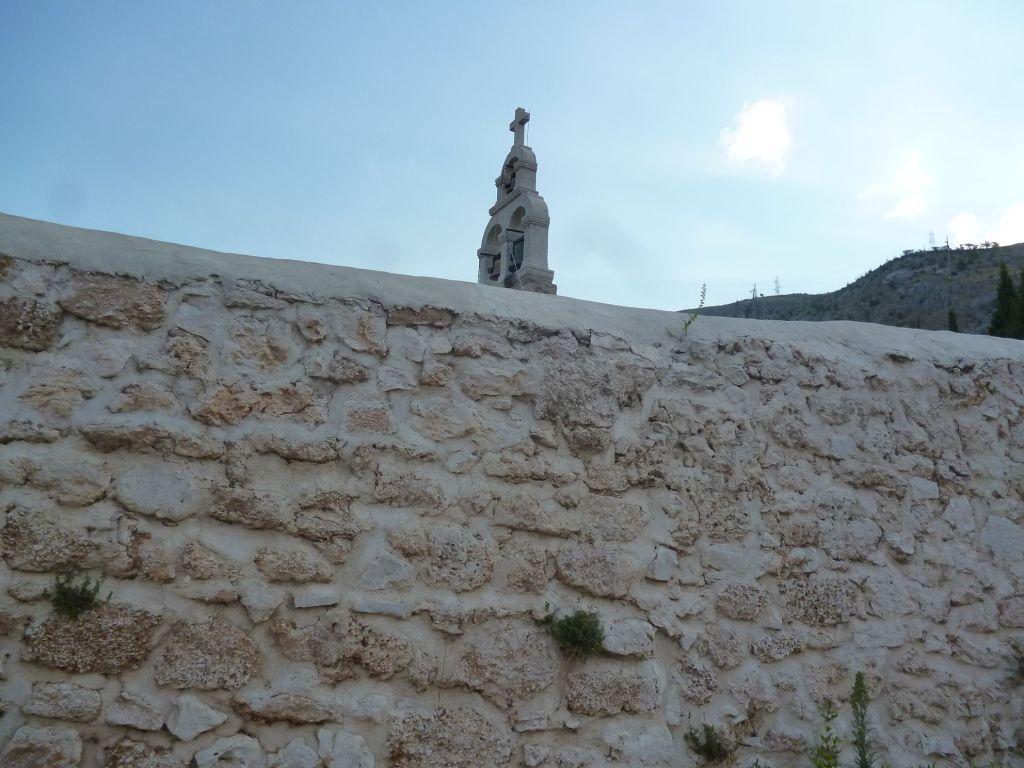Церковь прячется за высокой каменной оградой. Фото: Елена Арсениевич, CC BY-SA 3.0