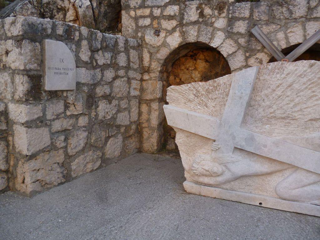 Стояние 9. Иисус падает в третий раз под крестом. Фото: Елена Арсениевич, CC BY-SA 3.0