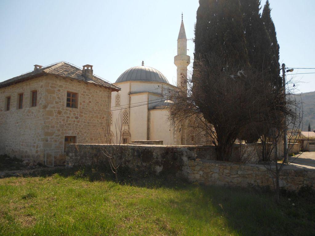 Вид на мечеть со стороны реки. Фото: Елена Арсениевич, CC BY-SA 3.0
