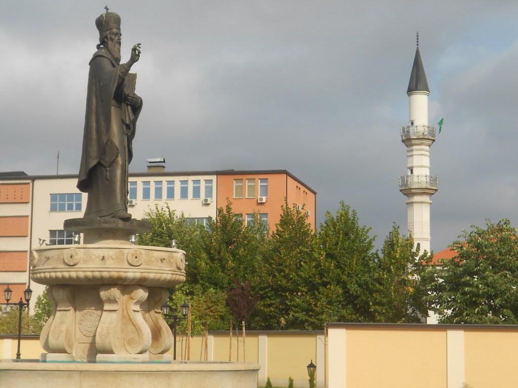 Святой Васили Острожский и минарет. Фото: Елена Арсениевич, CC BY-SA 3.0