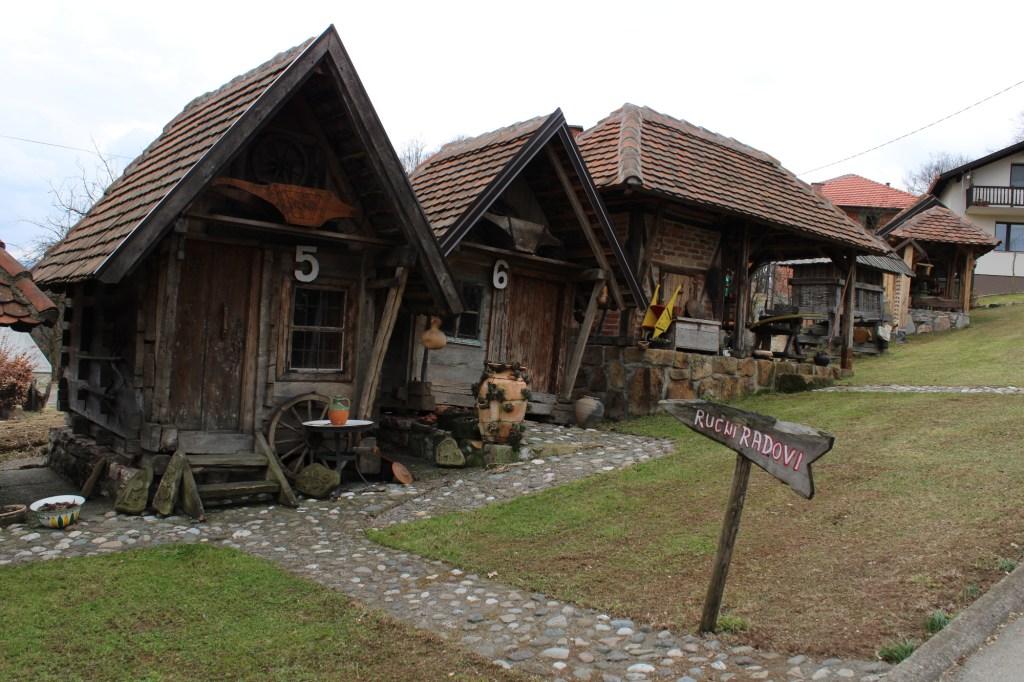 Постройки в этно-парке. Фото: Елена Арсениевич, CC BY-SA 3.0