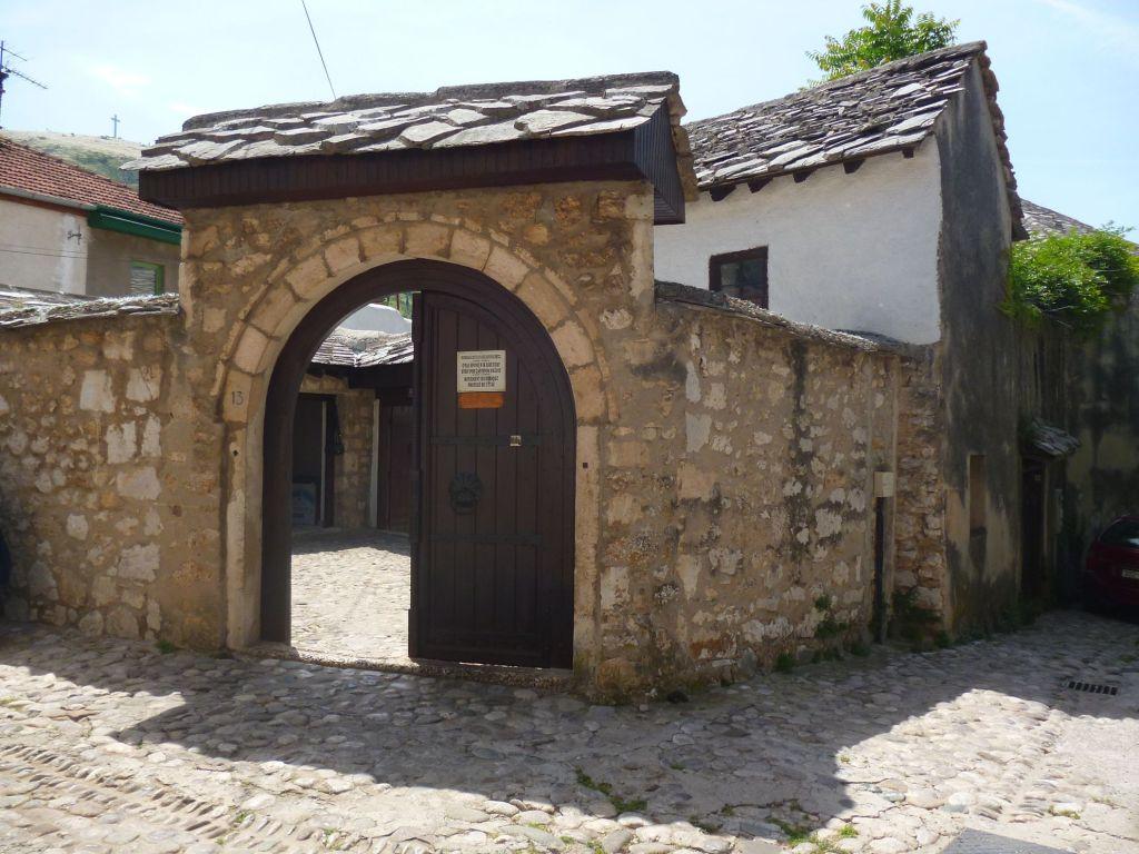 Дом Бишчевича за высокой каменной оградой. Фото: Елена Арсениевич, CC BY-SA 3.0