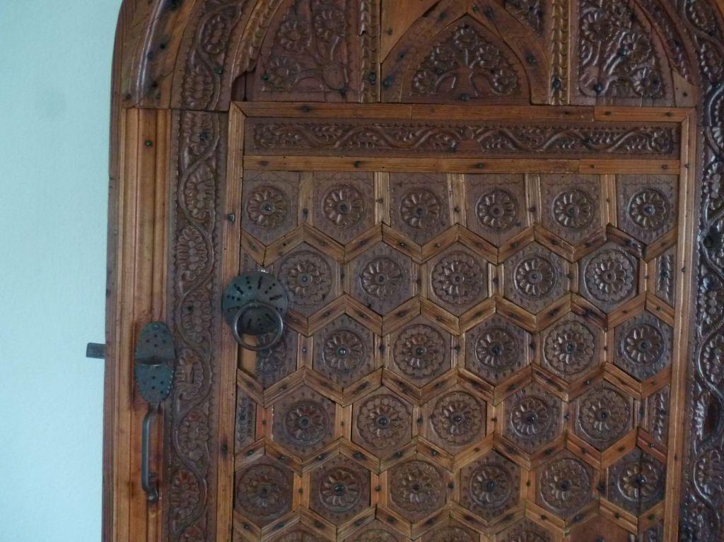 Старинная резная дверь. Фото: Елена Арсениевич, CC BY-SA 3.0