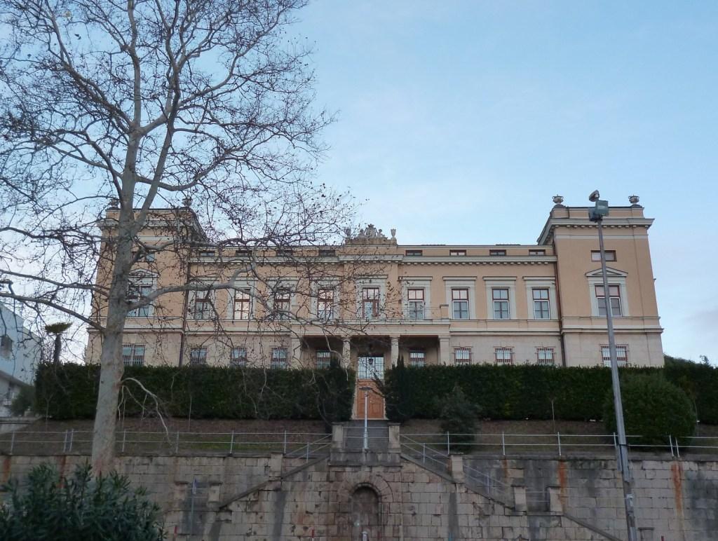 Епископская резиденция, главный фасад. Фото: Елена Арсениевич, CC BY-SA 3.0