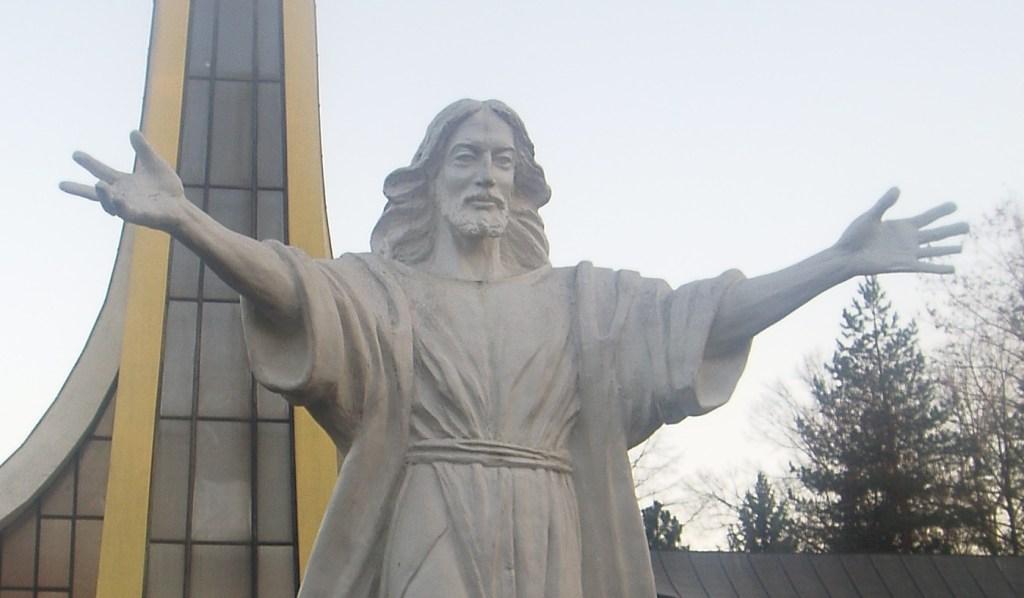 Скульптура, подаренная собору папой Иоанном Павлом II. Фото: Елена Арсениевич, CC BY-SA 3.0